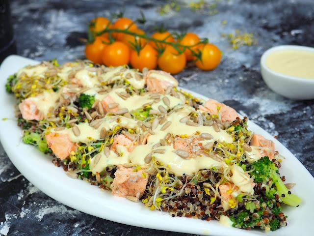 Sałatka z komosy ryżowej z łososiem i brokułami