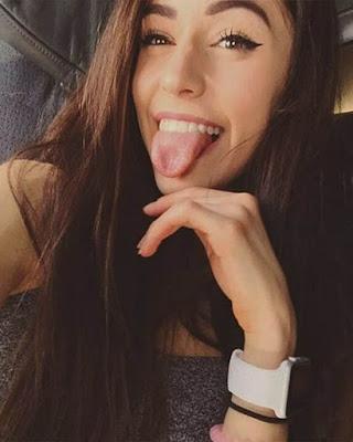 selfie juvenil con lengua afuera