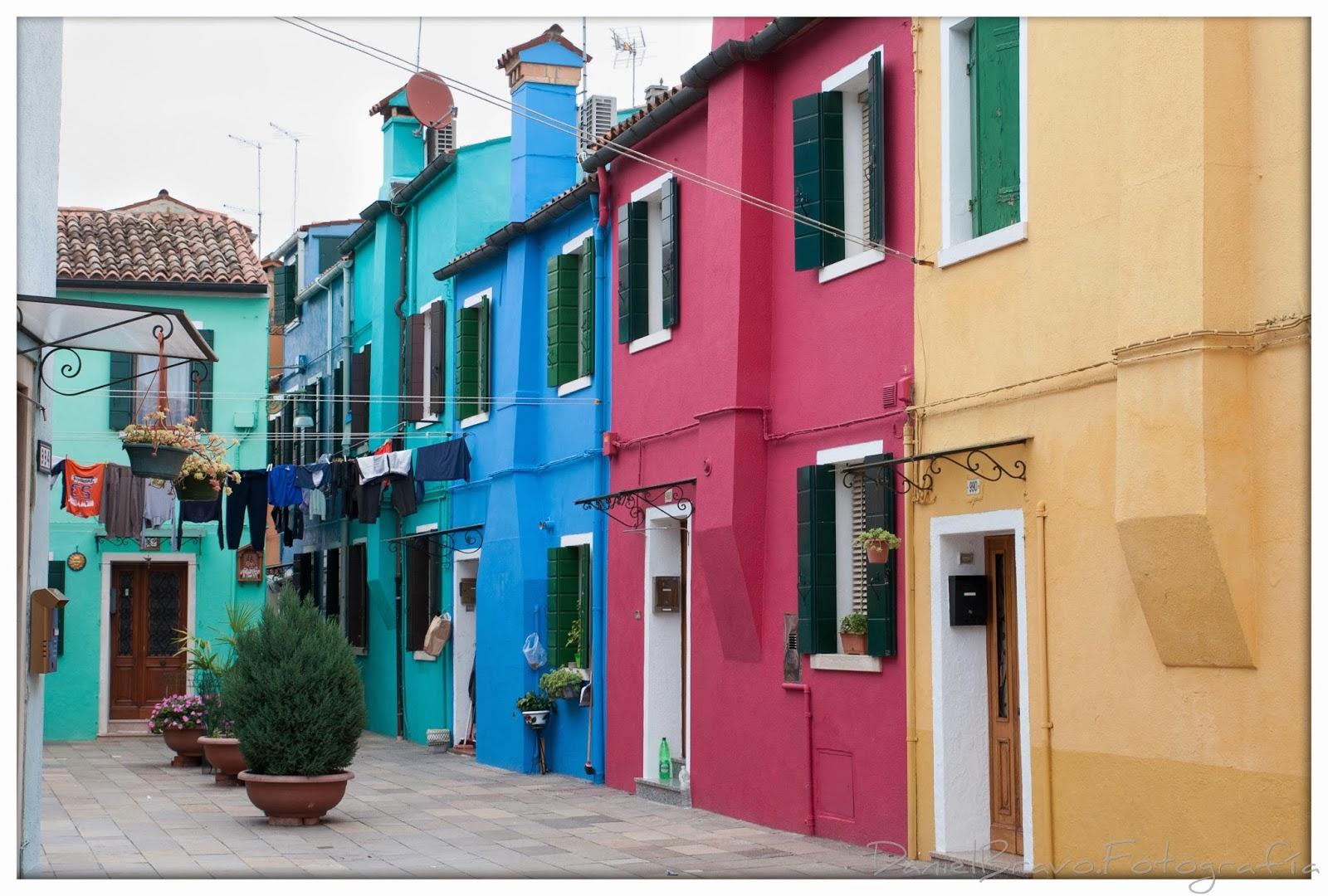 Vista de una calle típica de Burano con edificios de colores.