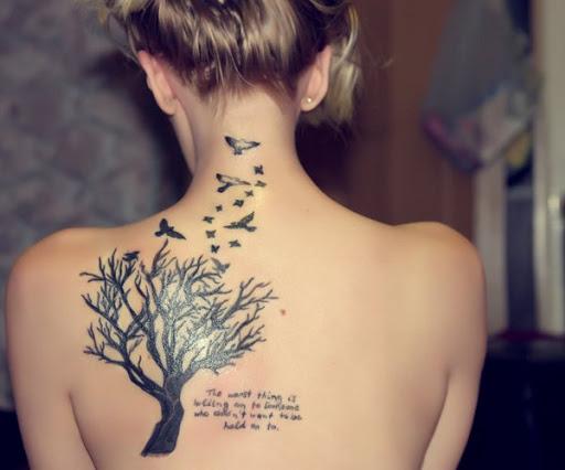 Árvore com pássaros voando desenhos de tatuagem para menina