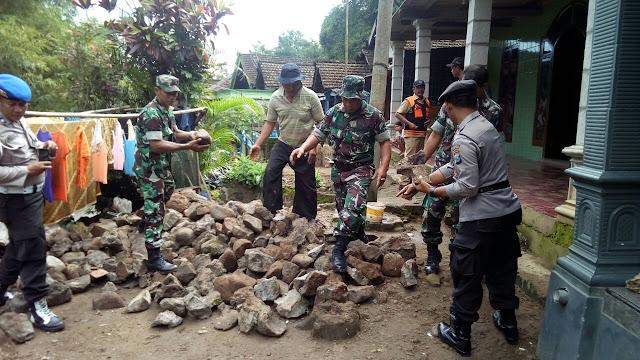 TNI Bersama Polri ,Karya Bakti Bencana Tanah Longsor