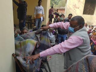 ठण्ढ से बचाव के लिए हरगांव विधायक ने गरीबों में बांटे कम्बल, कंबल पाकर खिल उठे जरूरतमन्दो के चेहरे