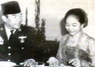 """Kisah Cinta 'Terlarang' Sukarno dengan Penari Istana, Kirim Surat """"Apapun Kan Kuberi"""""""