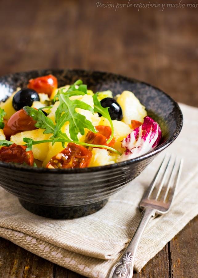 Ensalada de patatas con tomates cherry confitados y aceitunas negras