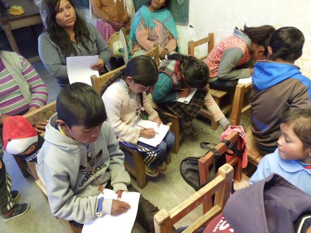 Es ging beim Gottesdienst um die Versuchung Jesu durch den Teufel. Wir haben ja gerade den Domingo de tentación gefeiert. So durften die Schülerinnen und Schüler diese Szene zeichnen.