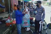 Satgas Covid-19 Kecamatan Kaligondang Bagikan Masker di Pasar