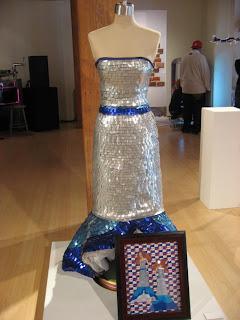 Escultura hecha con latas de red bull recicladas vestido