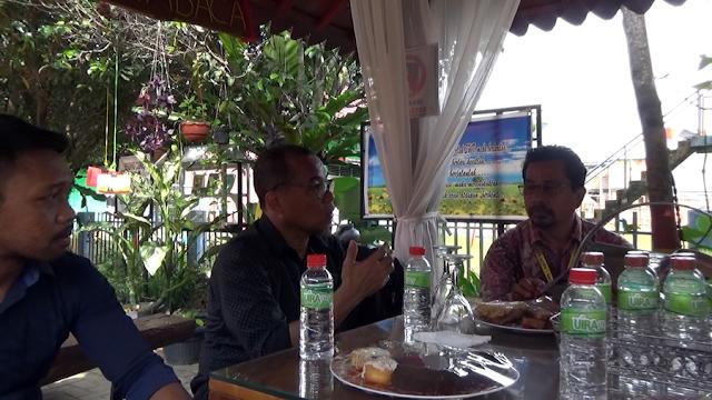 Diskusi Literasi, Kepala Sekolah SMK Labor dan Tim Penggerak Literasi Inprasa di Balai Literasi