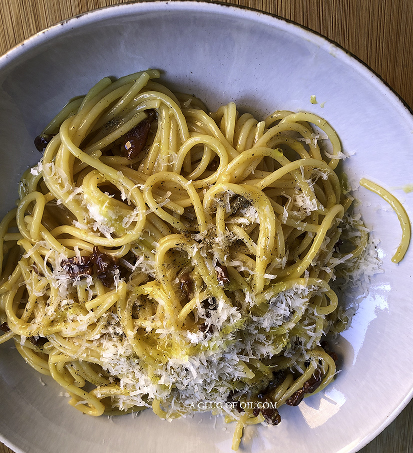 No Cream Spaghetti Carbonara in a bowl