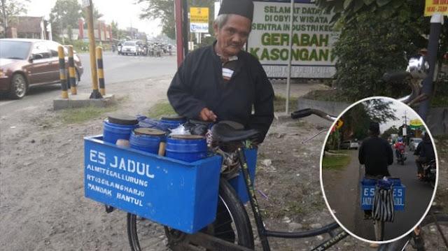 Kayuh Sepeda 20 KM Setiap Hari, Kakek Berumur 90 Tahun Ini Tetap Semangat Mengais Rezeki