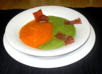 Plato de crema de verduras con tiras de jamón salteado