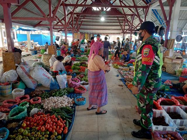 Pantau Pasar Tradisional Dengan Penegakan Disiplin Protkes Dilakukan Personel Jajaran Kodim 0207/Simalungun