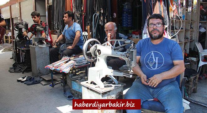 Bozkurt ailesi Diyarbakır'da ailece ayakkabı tamirciliği yapıyorlar