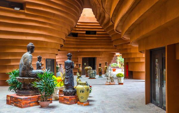 Nội thất trung tâm của bảo tàng gốm Bát Tràng