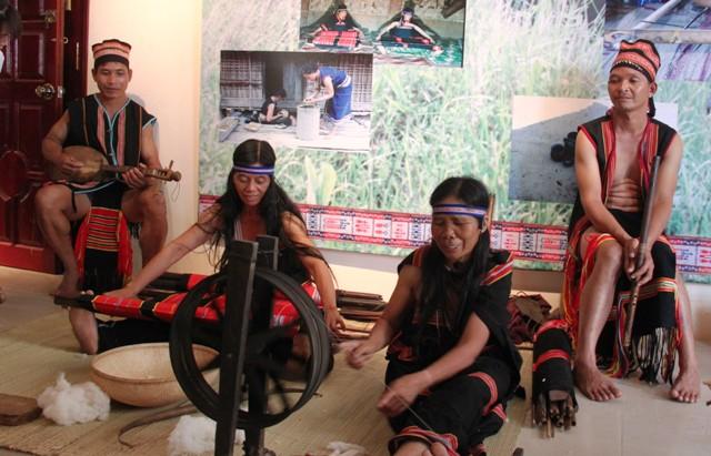 Phụ nữ Giẻ-Triêng đang dệt thổ cẩm