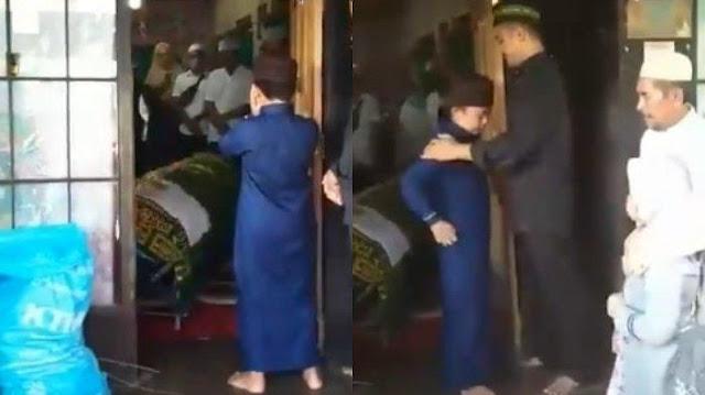 Viral Video Haru Bocah Mengazankan Jenazah sang Ibu, Terlihat Tegar hingga Para Pelayat Menangis