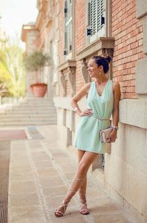 Cómo combinar un vestido verde agua