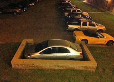 Parkplatz lustig falsch parkendes Auto wird eingemauert witzig