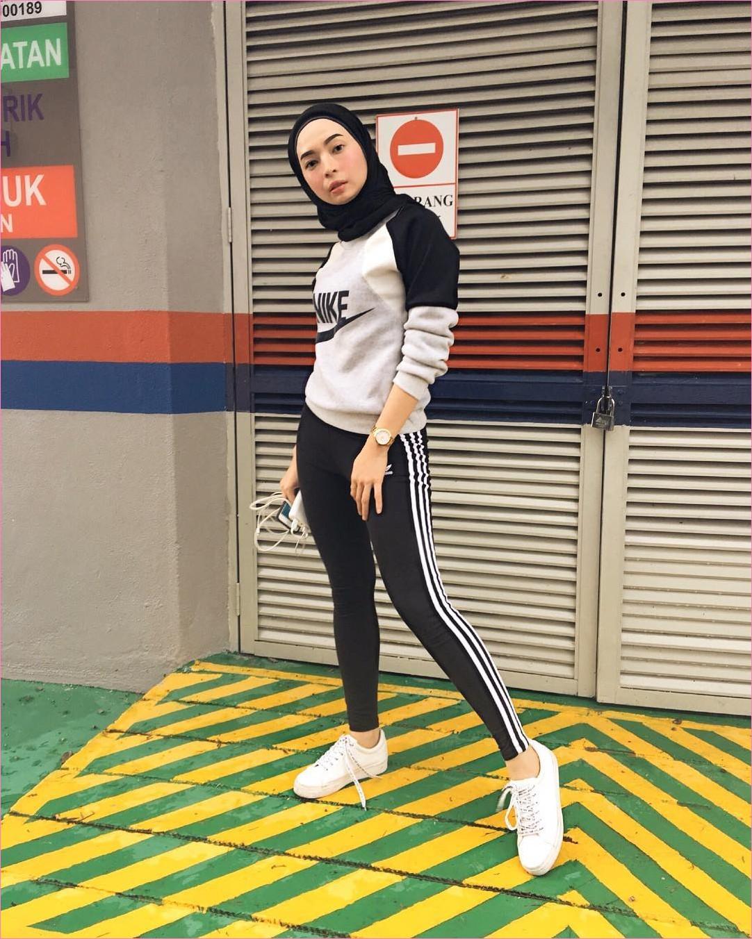 Outfit Baju Hijab Casual Untuk Olahraga Ala Selebgram 2018 hijab pashmina jaket sweater legging nike adidas stripe hitam sneakers kets sepatu olahraga putih jam tangan krem gaya casual kain katun rayon joggin 2018 handphone power bank pintu abu sedang aspal hijau kuning gembok