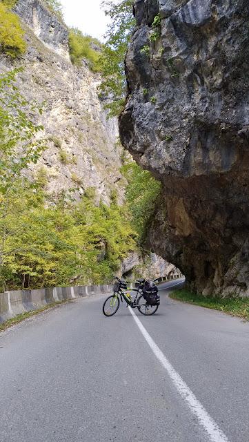 горное ущелье в Грузии