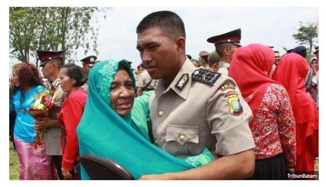 Kisah Vir4l,Anak Pemulung Berhasil Menjadi Polisi, Modal 300.000 Dari Hasil Mulung Bareng Ibunya