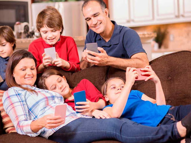 Família feliz pelo contato com o smartphone, mas cessou o relacionamento de alma
