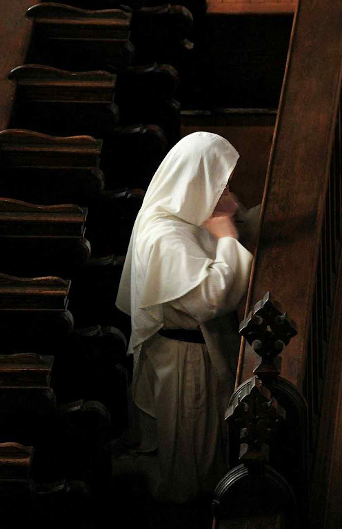 Frade dominicano rezando