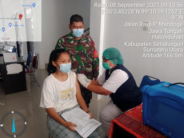 Dipuskesmas Hatonduhan, Personel Jajaran Kodim 0207/Simalungun Dampingi Pelaksanaan Vaksin Kepada Masyarakat