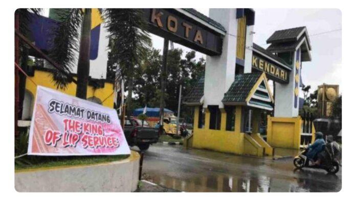 Spanduk 'Selamat Datang The King of Lip Service' Sambut Kedatangan Jokowi di Kota Kendari