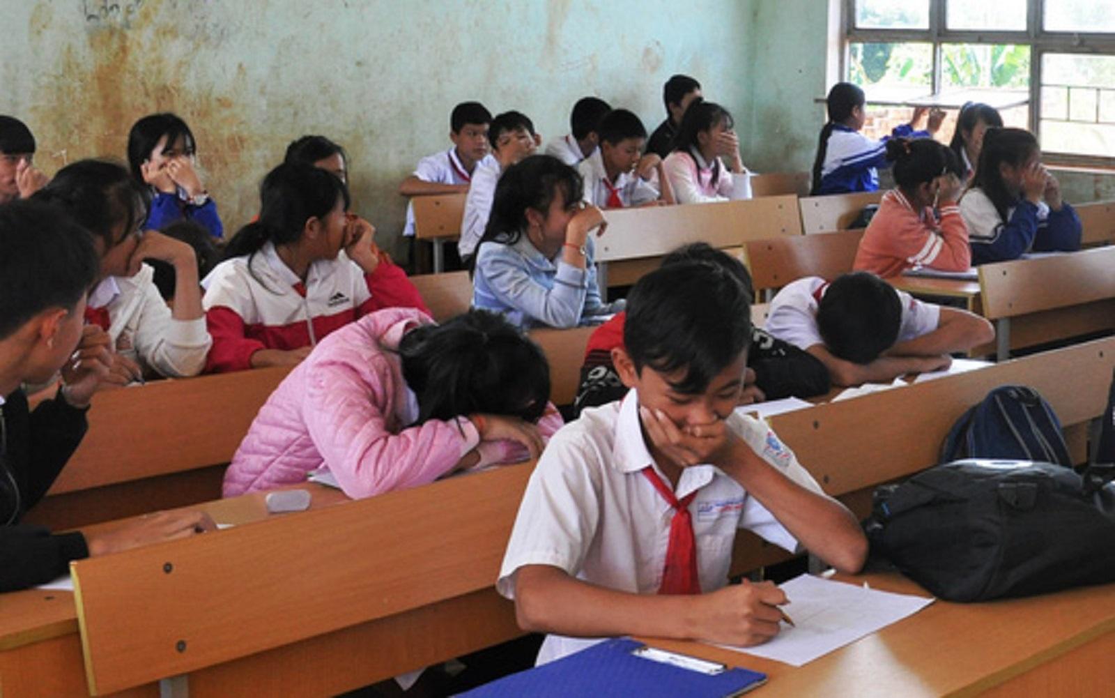 Gia Lai: Ngồi học phải... bịt mũi