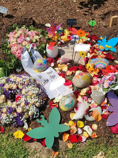 Wenn Dein Kind kurz nach der Geburt sterben wird: Linas palliative Geburt. Das Grab von Lina, dem Sternenkind, die kurz nach der Geburt gestorben ist.