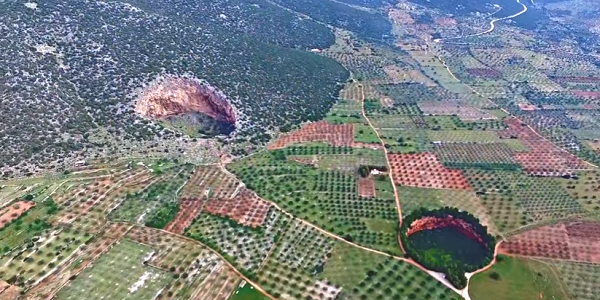 Οι εντυπωσιακοί γιγάντιοι κρατήρες της Αργολίδας (βίντεο drone)
