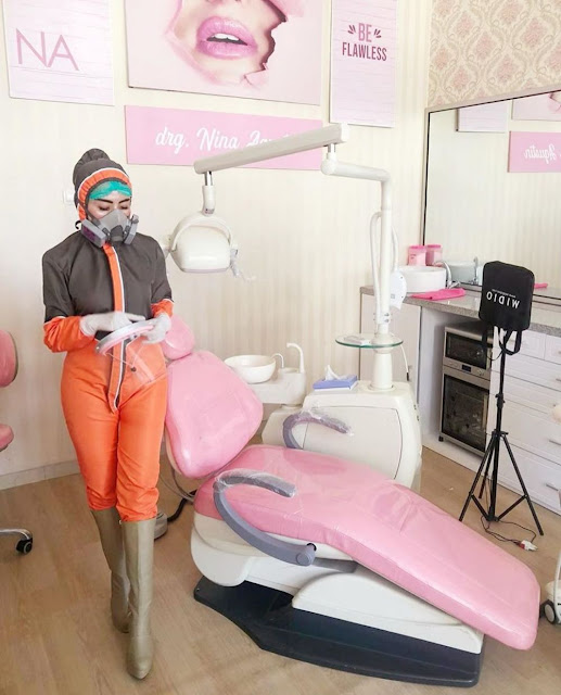 6 Potret Dokter Gigi Nina Agustin Kenakan Baju Hazmat Unik, Fashionable Banget!