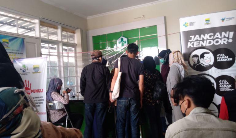 Vaksinasi di Kelurahan Pasirjati Ujungberung Timbulkan Kerumunan