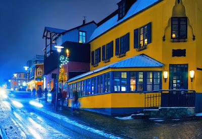 Vista nocturna de la calle Laugavegur, la meca de las compras