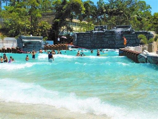 NOVO DECRETO: Governo libera parques aquáticos e clubes; balneários continuam proibidos