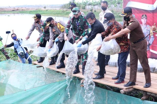 Kapolda Sumsel Bersama Pangdam II Sriwijaya Tabur Benih Ikan di Kabupaten OI