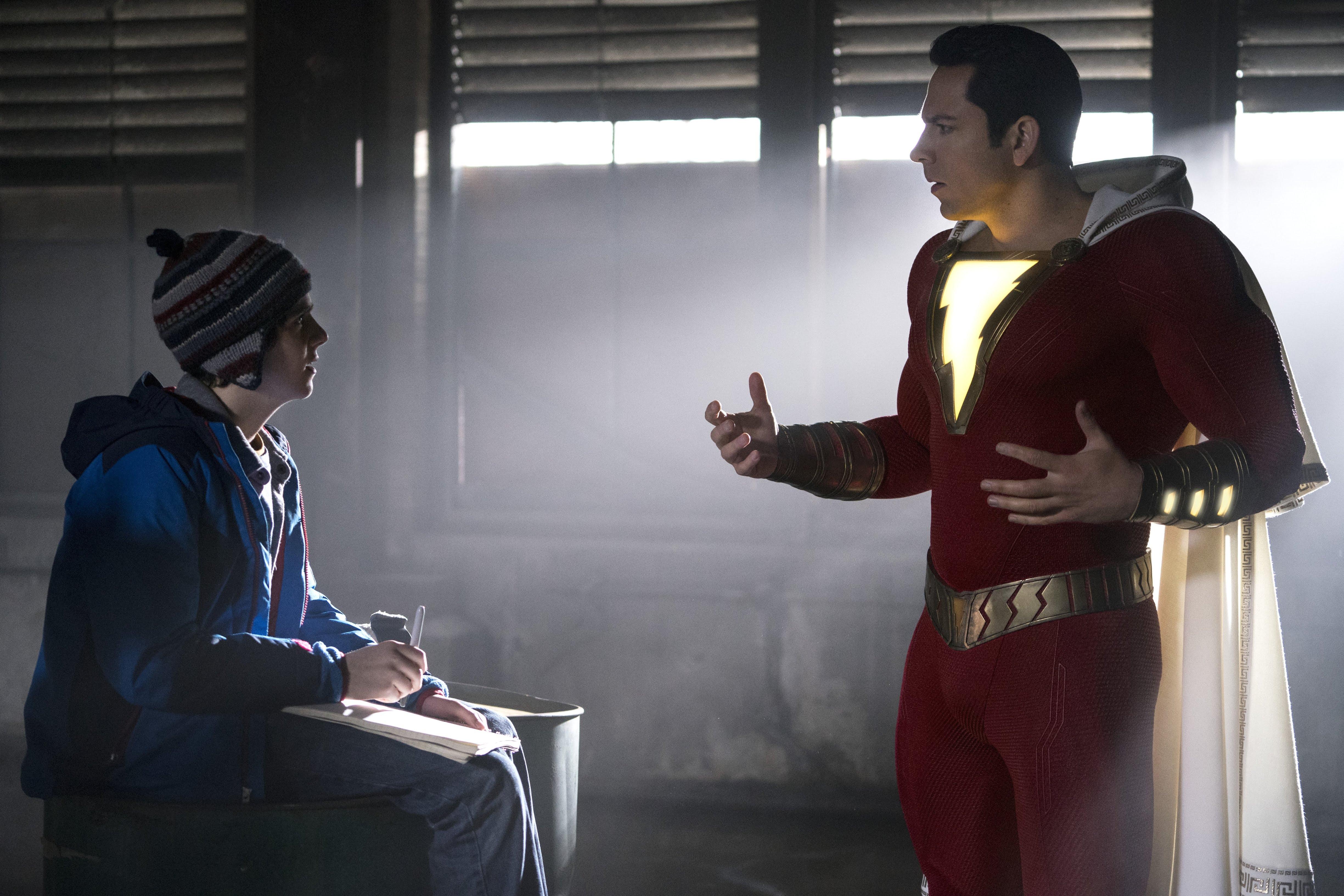 Shazam : ワーナー・DCのコミック映画「シャザム」が、思いがけずヒーローになってしまった少年が試行錯誤のすえ、自分に秘められた特別なパワーを見つけ出す愉快な本編シーンのビデオ・クリップをリリース ! !