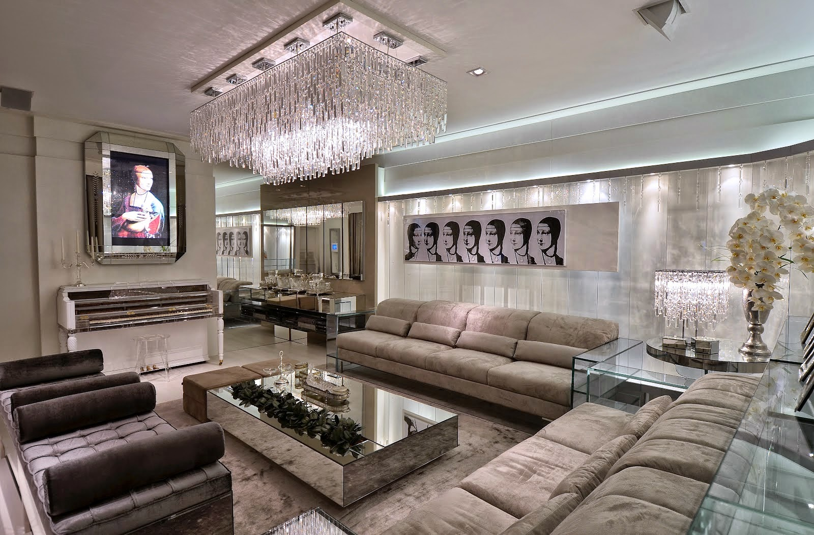 #322823 Living com plafon de cristais. A mesa de centro espelhada reflete  1600x1051 px projeto de quarto com banheiro e varanda