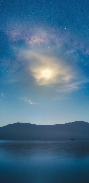 Vầng trăng sáng chói giữa màn đêm yên tĩnh