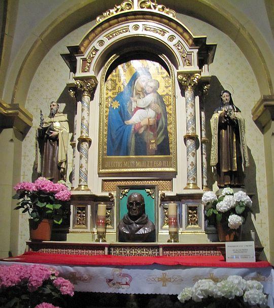 Ołtarz Matki Bożej Szkaplerznej.
