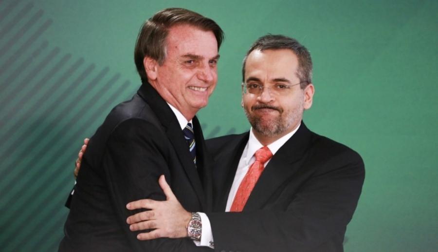 """Bolsonaro e Weintraub se emocionam em momento de despedida: """"É um momento difícil"""""""