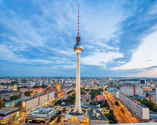 368 metros de altura da Torre de TV em Berlim