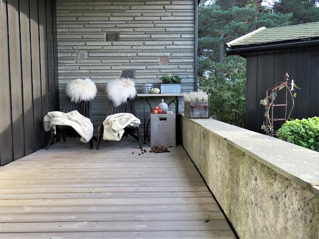 Bygge terrasse - tips. Den koselig, overbygde terrassen på oversiden av den store uteplassen. Furulunden