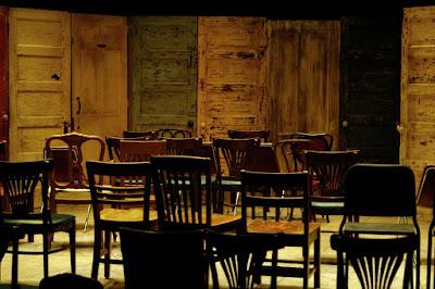 Resultado de imagem para cadeiras de rodas vazias numa sala em ruinas