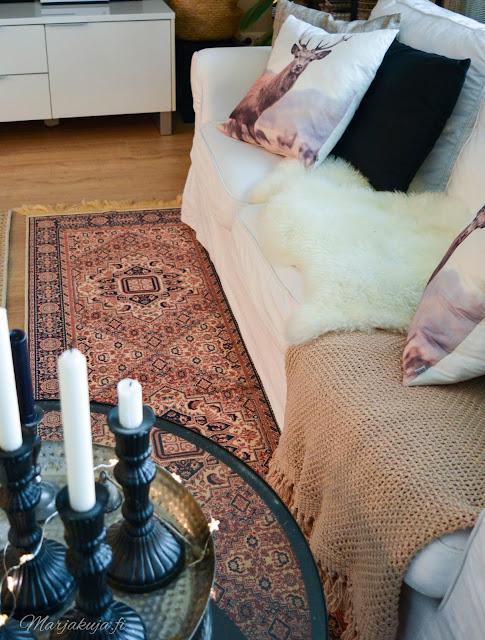 olohuone kirppislöytö itämainen matto ektorp sohva valkoinen sohva sisustus ikea
