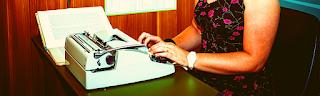 Femme dactylo, apprendre à taper rapidement, gagner argent en ligne avec travail de transcripteur à distance