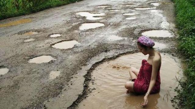 Protes jalan rusak, wanita cantik ini nekat mandi di kubangan jalan