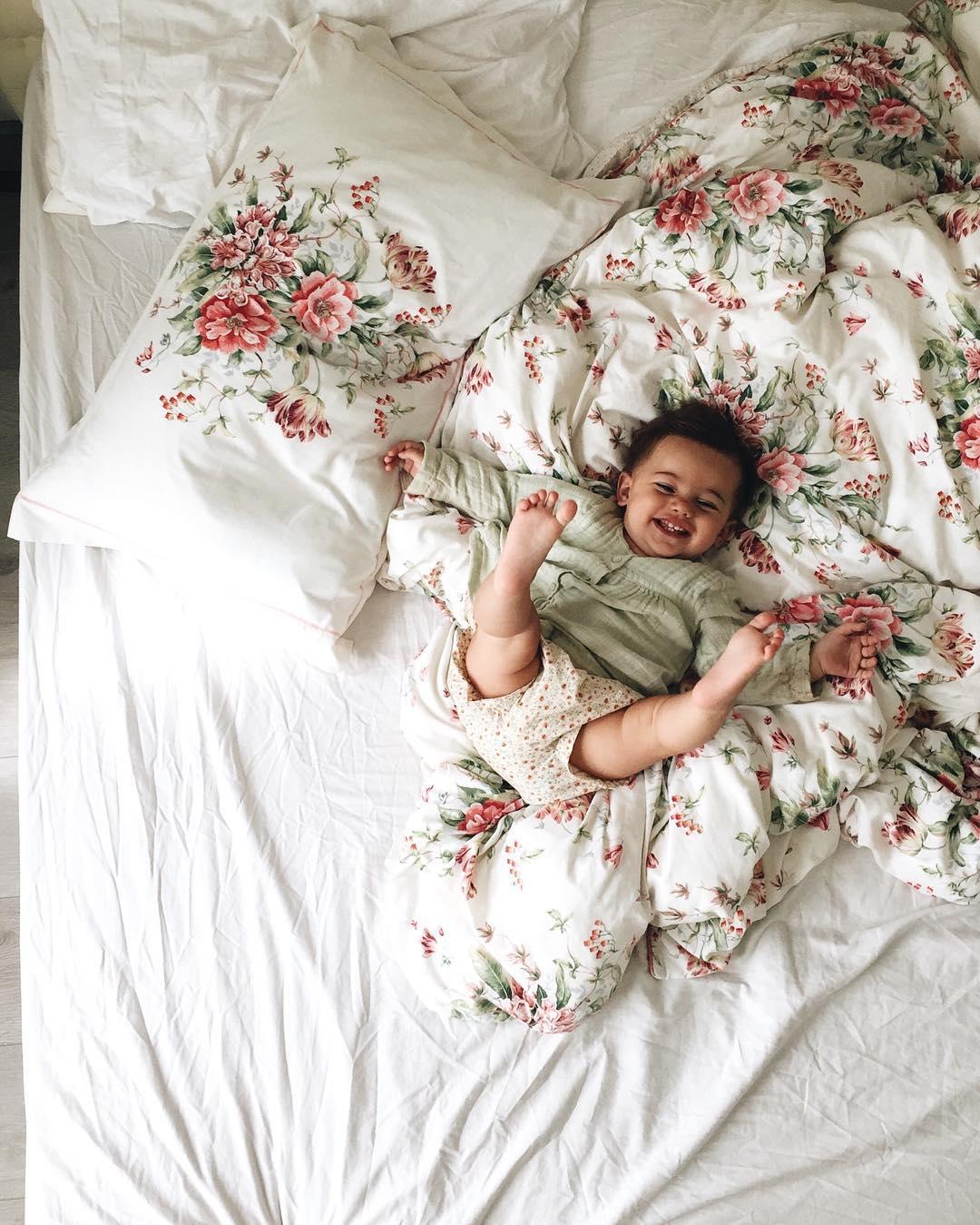 bébé qui saute dans un lit
