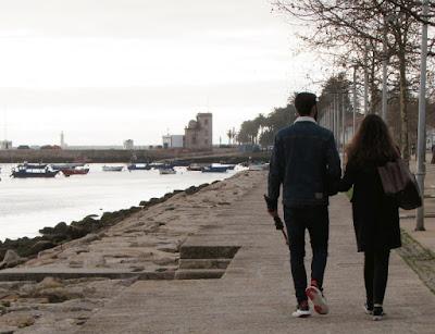 casal passeando à beira-rio